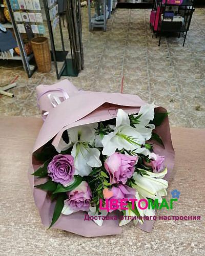 Букет из лилий и роз в крафте