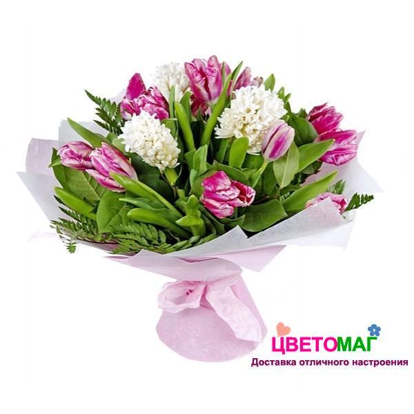 Букет из белых гиацинтов и розовых тюльпанов