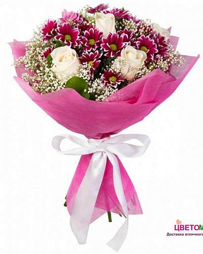 Букет из белых роз и фиолетовой хризантемы