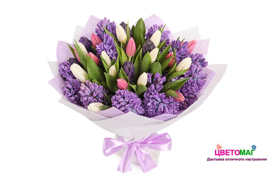 Букет из розовых и белых тюльпанов, синих гиацинтов