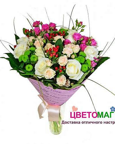 Букет из розовых кустовых роз и хризантемы