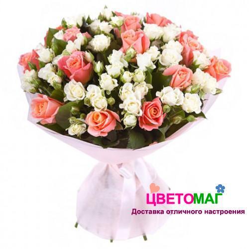 Букет из розовых роз и кустовых белых роз
