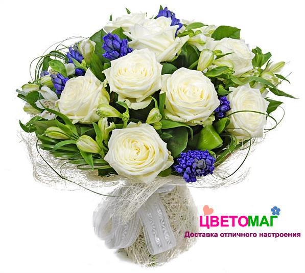 Букет из синих гиацинтов и белых роз