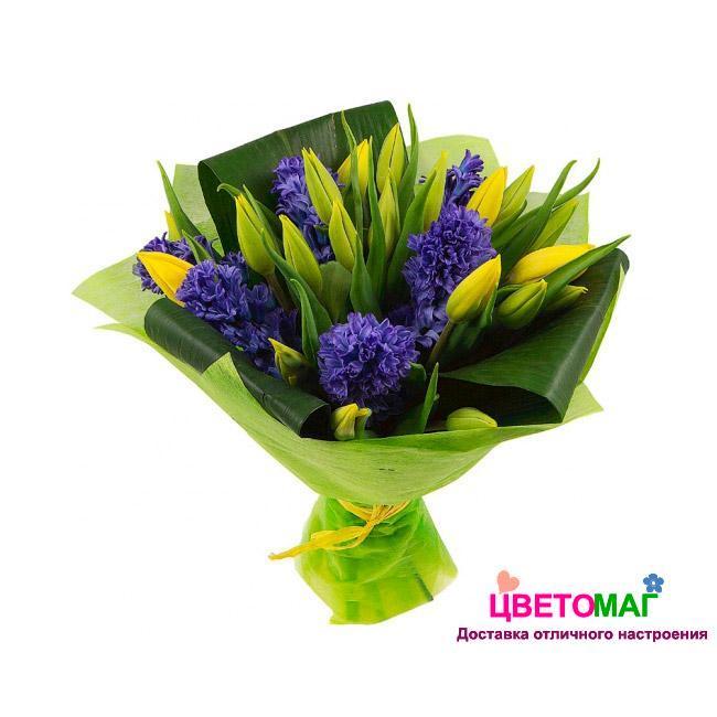 Букет из синих гиацинтов и желтых тюльпанов