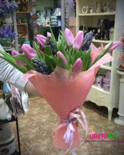 Букет из розовых тюльпанов и синих гиацинтов