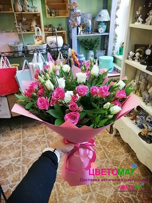 Букет из белой эустомы и кустовых розовых роз