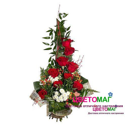 Букет с розами и гиперикумом