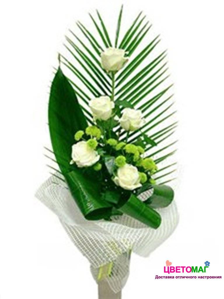 Букет из белых роз каскадный