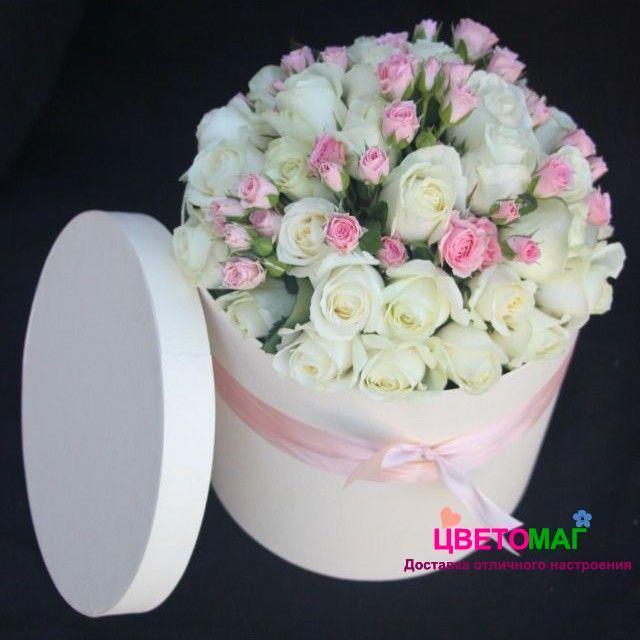 Шляпная коробка с белыми и кустовыми розами