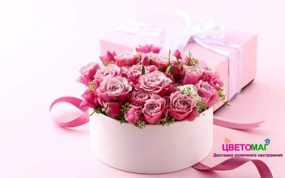 Круглая коробка с розовыми розами