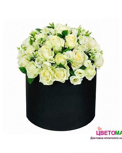 Шляпная коробка с белыми розами и эустомой