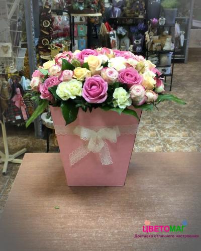 Коробка с белыми и розовыми розами