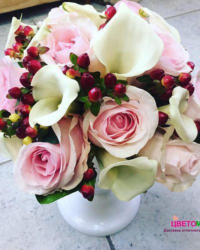Букет с каллами и нежно-розовыми розами