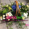 Корзина с синей гортензией и зеленой хризантемой