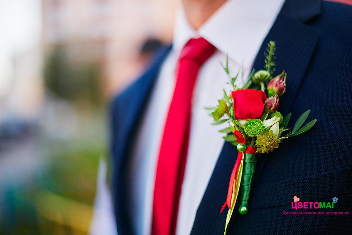 Бутоньерка с алой розой