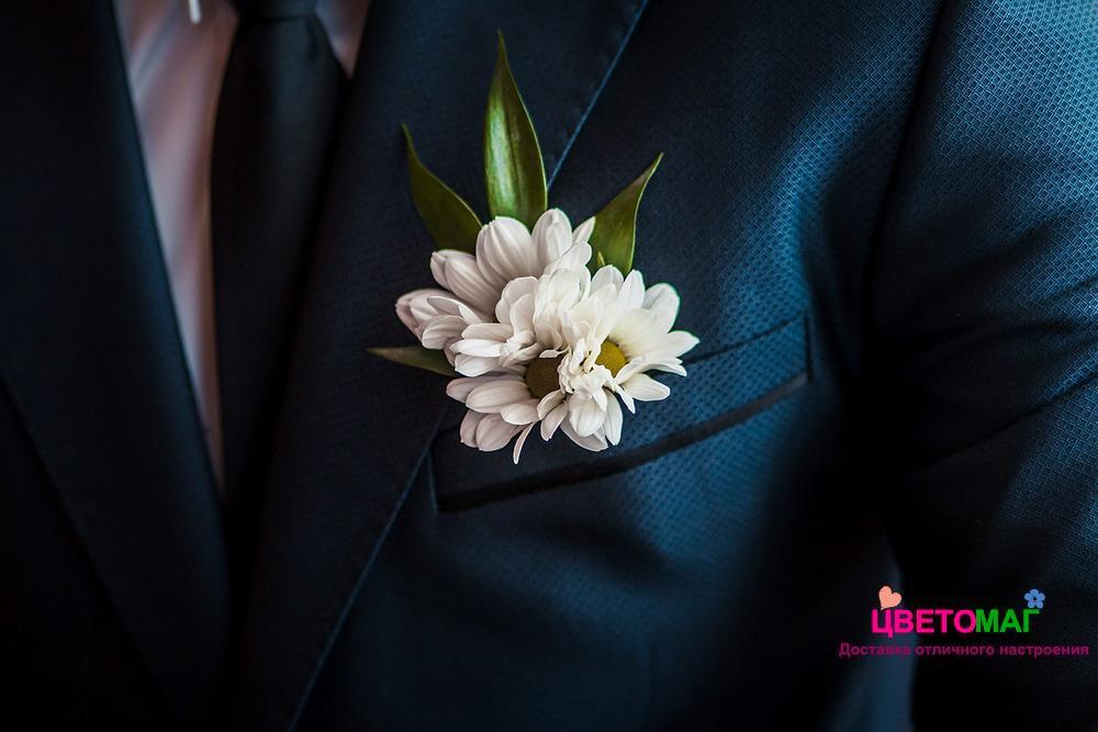 Бутоньерка с белой хризантемой