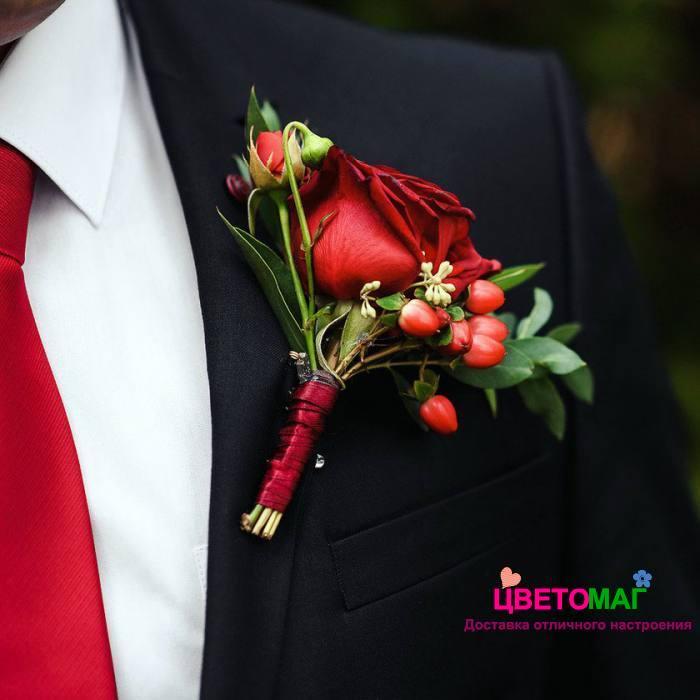 Бутоньерка с красным хиперикумом и розой