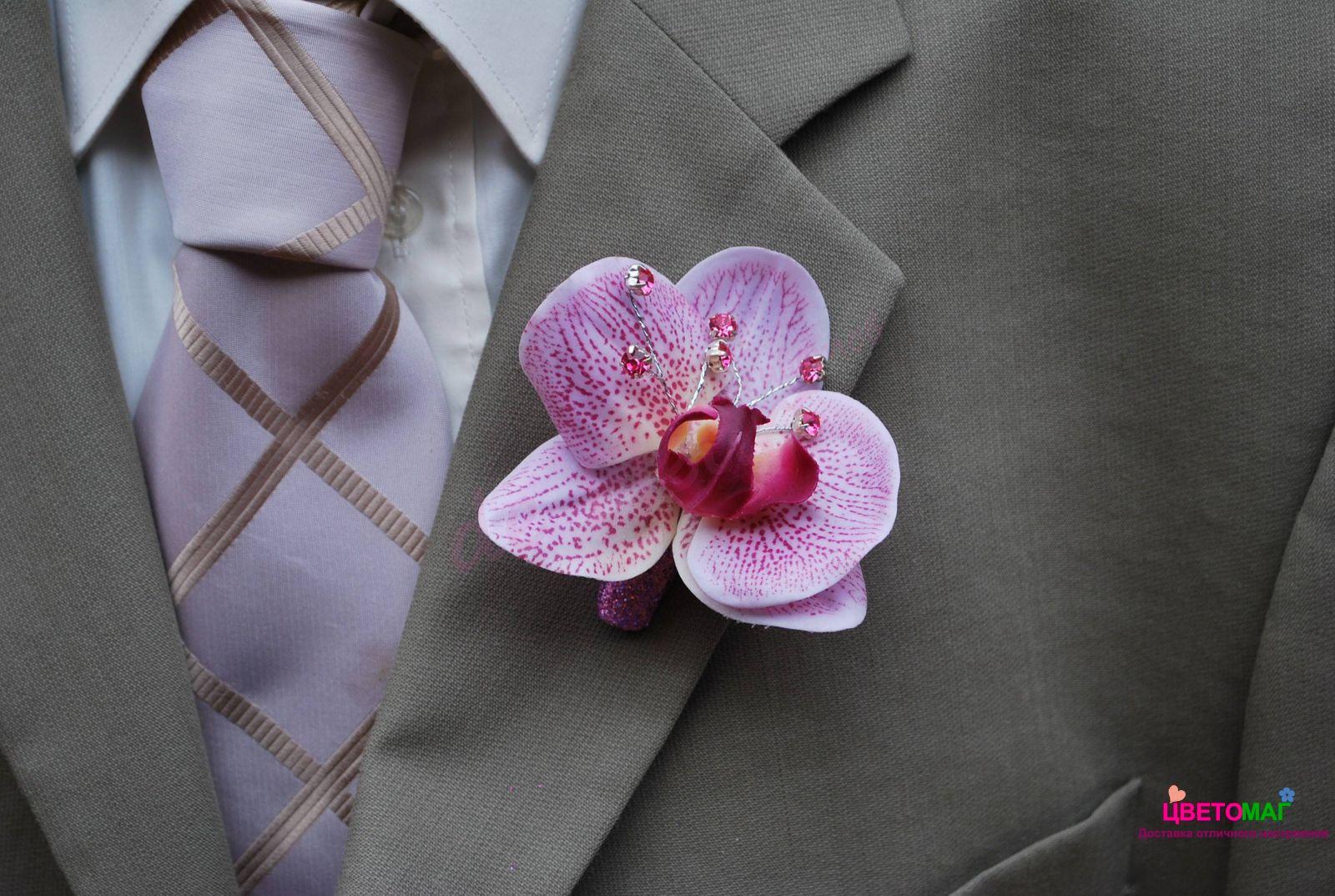 Бутоньерка с розовой орхидеей
