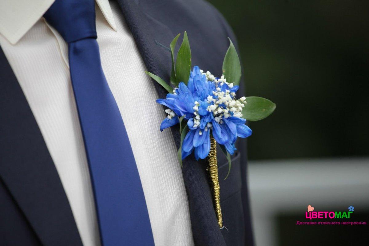 Бутоньерка с синей хризантемой