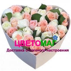 Коробочка с белыми и розовыми розами  в виде сердца