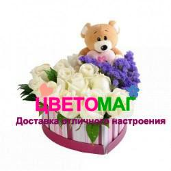 Коробочка с белыми розами  в виде сердца