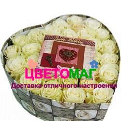 Коробочка с белыми розами в форме сердца