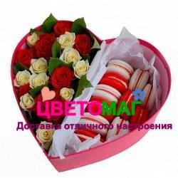 Коробочка с розами и макарунами в виде сердца