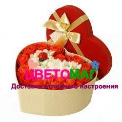 Коробочка с розами и хризантемой в виде сердца