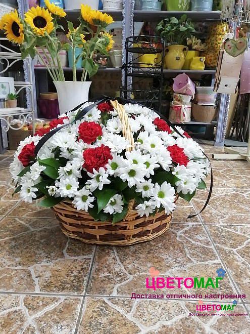 Корзина с гвоздиками и хризантемой