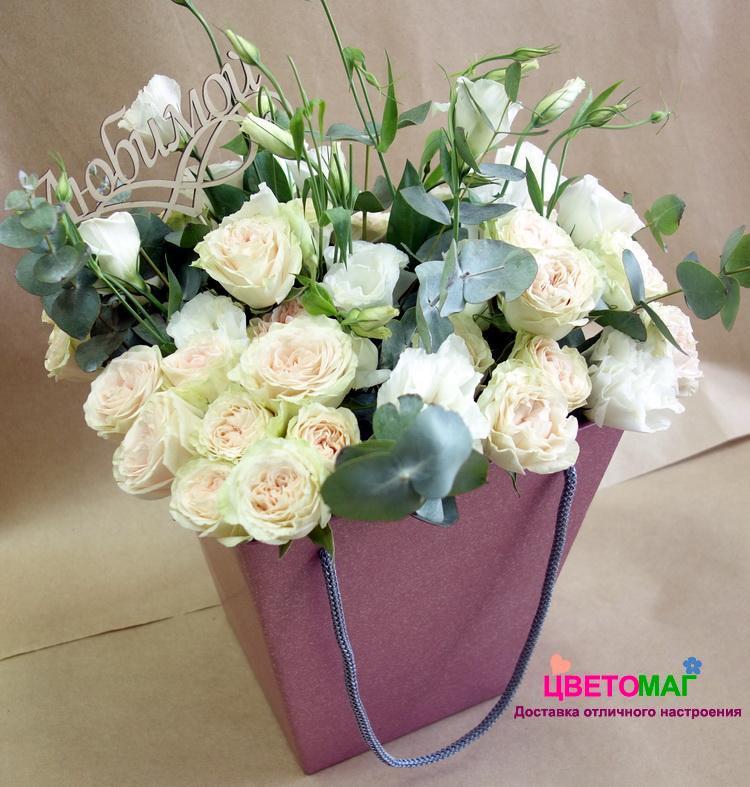 Коробка с кустовой розой и эустомой