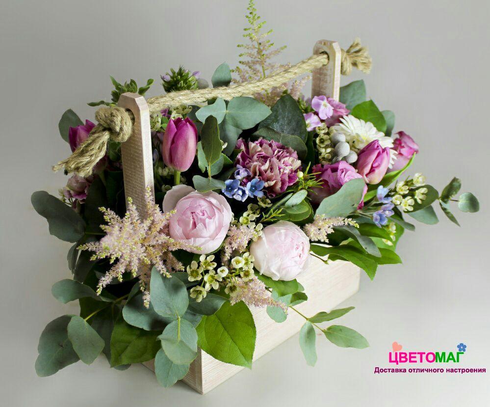 Ящик с тюльпанами и пионовидной розой