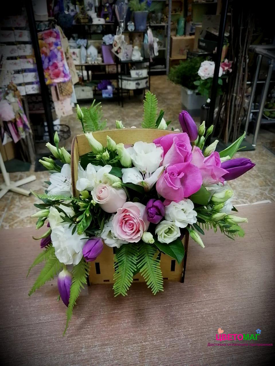 Ящик с тюльпанами и розой