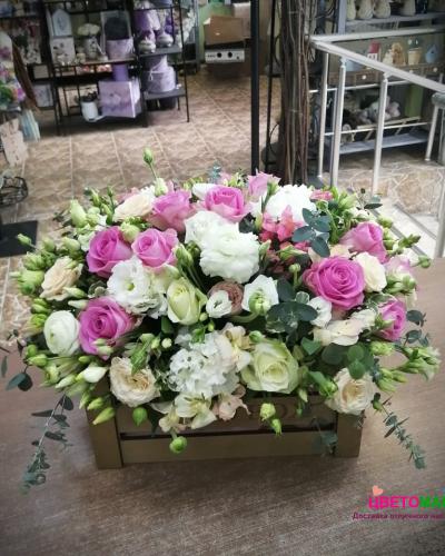 Ящик с розовыми розами и эустомой