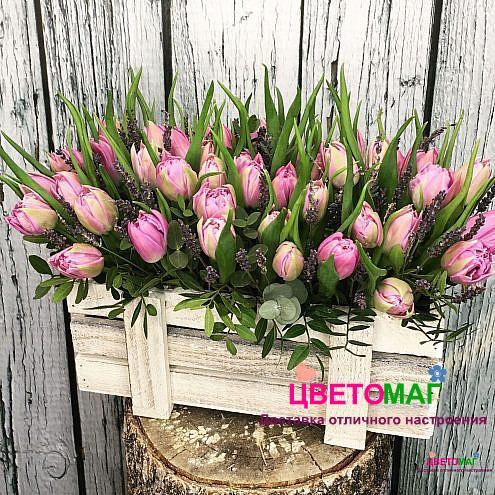 Ящик с розовыми тюльпанами