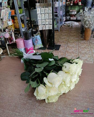 Букет 15 белых роз Mondial 60 см (Эквадор)