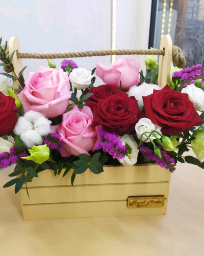 Ящик с кустовой розой и эустомой