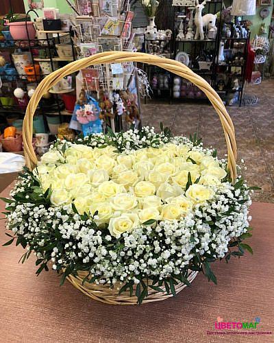 Корзина из белой розы в форме сердца