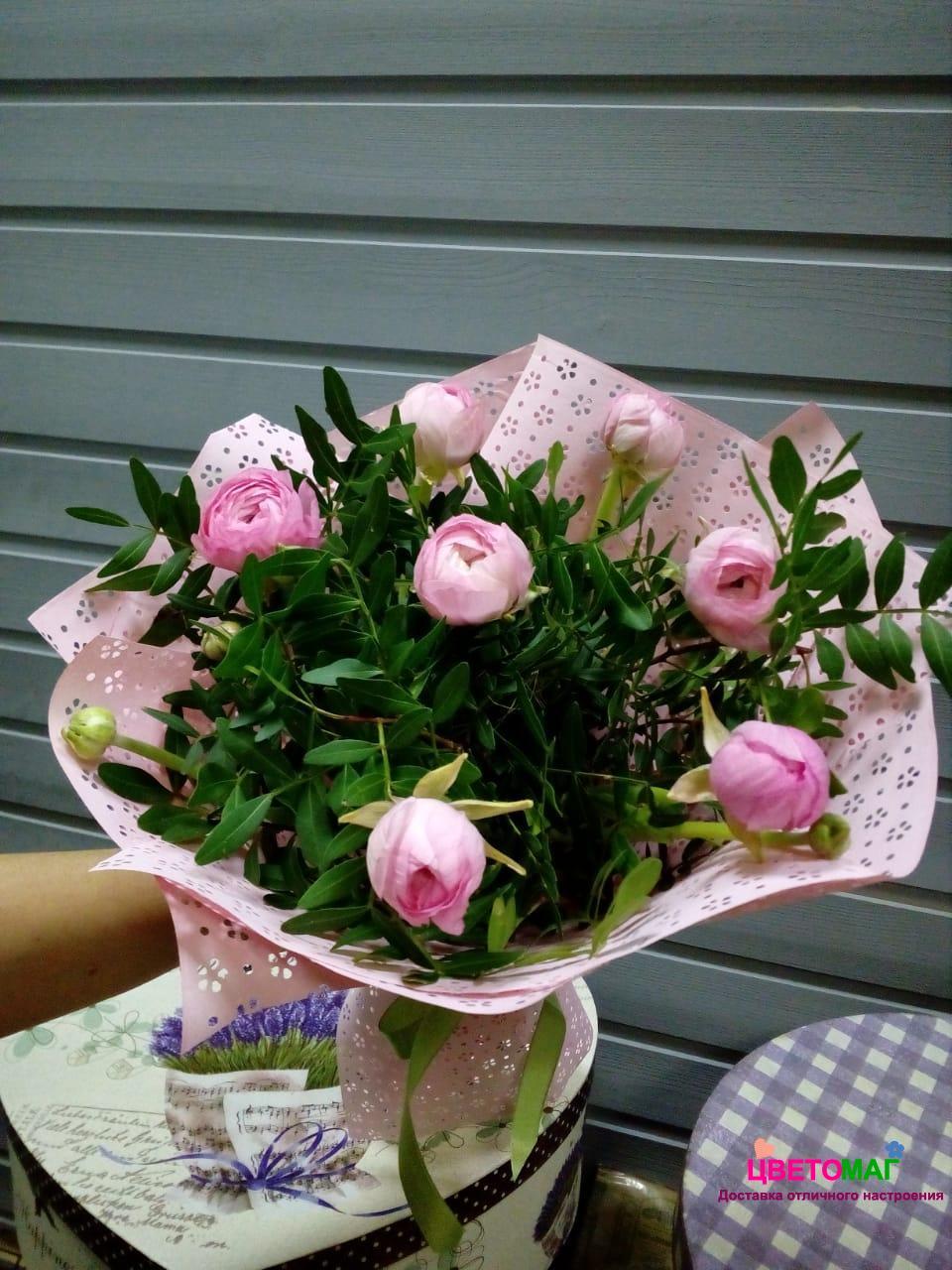 Букет из 7 розовых  ранункулюсов