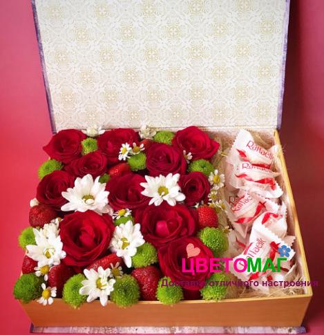 Шкатулка с цветами, конфетами и клубникой