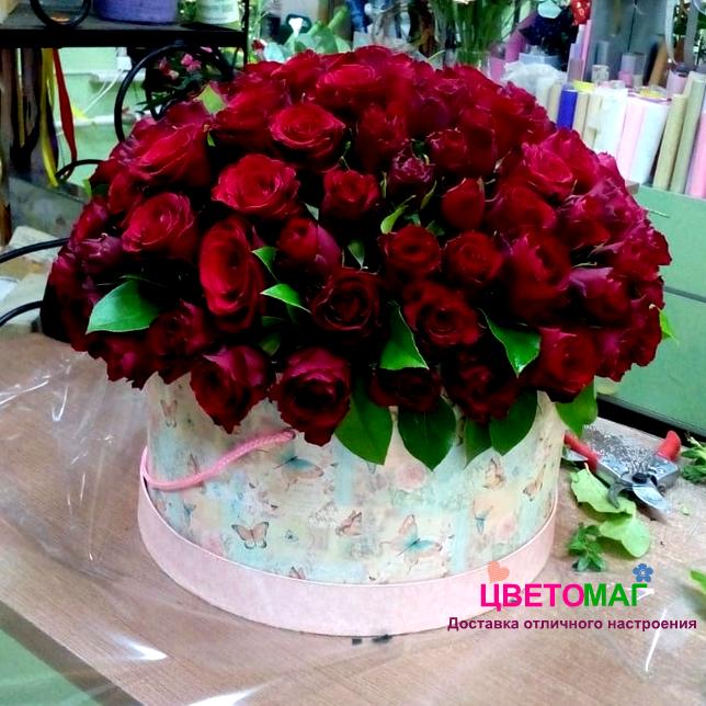 Шляпная коробка из 101 красной  кенийской розы.