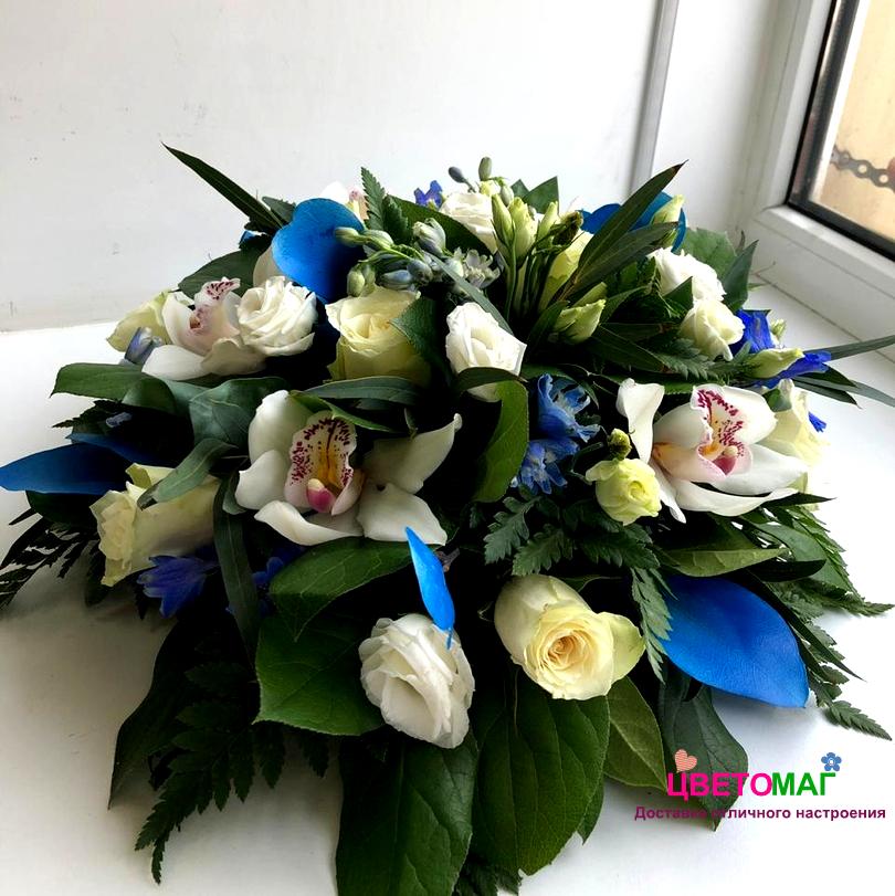Композиция с розами с синими тонами