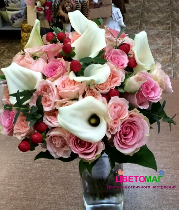 Букет с каллами и розовыми розами