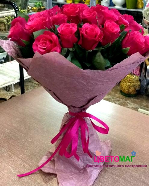 Букет из 31 малиновой розы в крафт