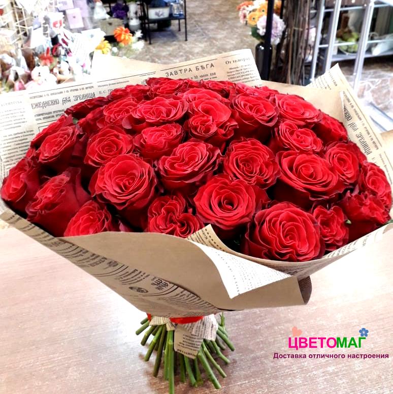 Букет из 41 красной кенийской розы в крафте