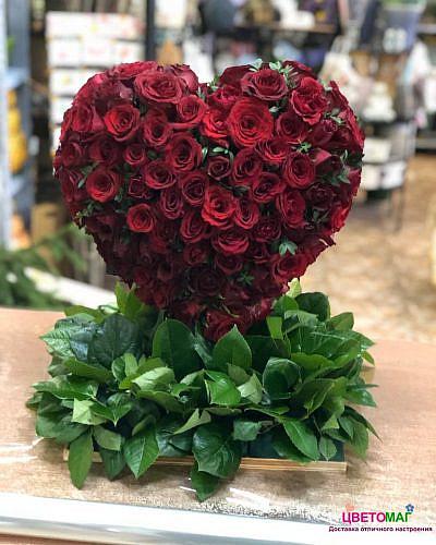 Сердце из 100 красных роз