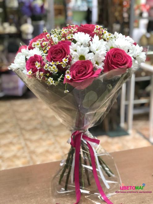 Букет из малиновых роз и хризантем