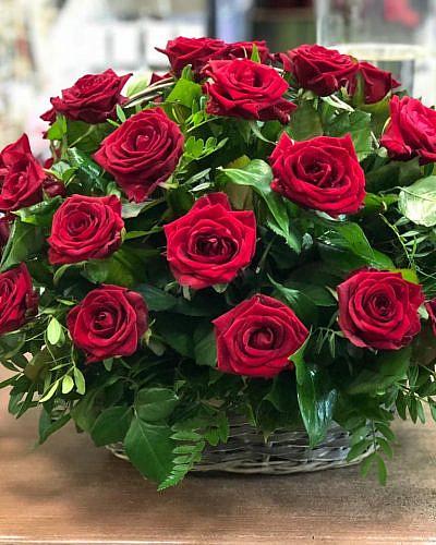 Корзина из 32 красных роз