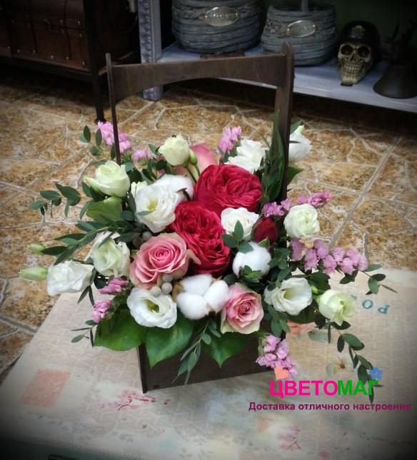 Ящик с пионовидной розой и хлопком