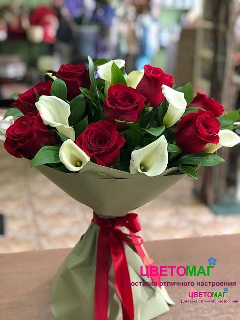 Букет из белых калл и красных роз