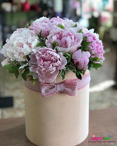 Шляпная коробка из 15 розовых пионов